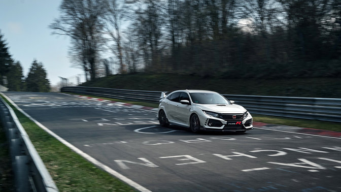 Vista anteriore di tre quarti di una Honda Civic Type R in pista.