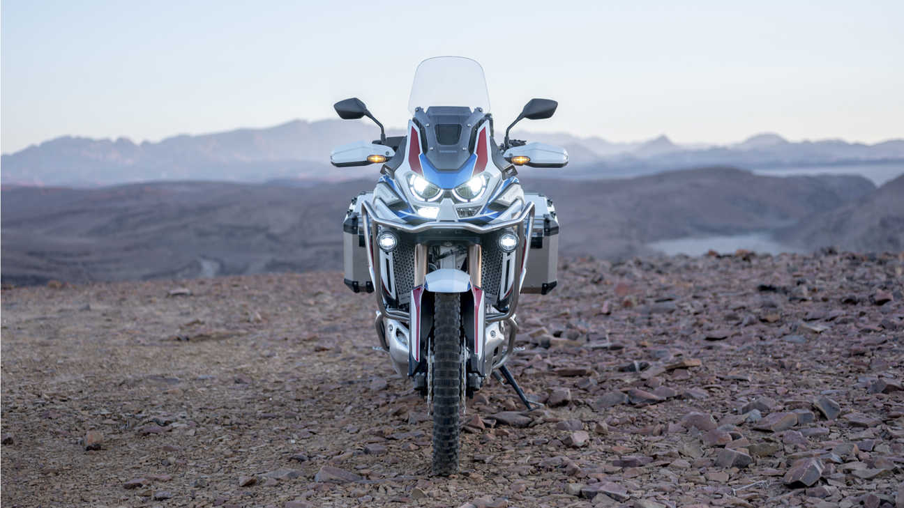 Honda Africa Twin Adventure Sports, ingrandimento anteriore, fari accesi.