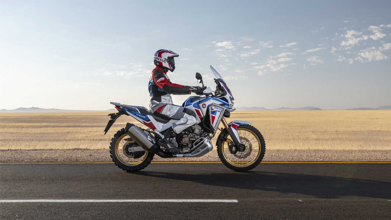 Honda Africa Twin Adventure Sports, in sella in un paesaggio desertico