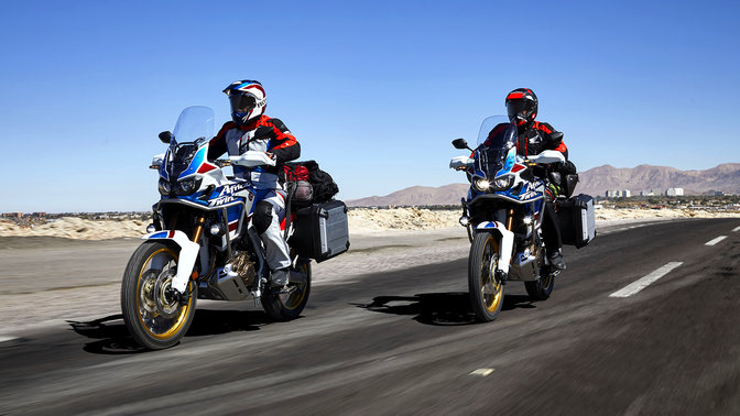 Due persone su Honda Africa Twin Adventure Sports su strada.